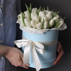 Коробка 29 белых тюльпанов с оформлением R1237