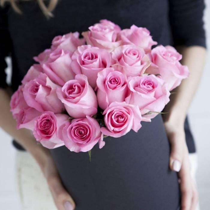 19 розовых роз в черной коробке R934