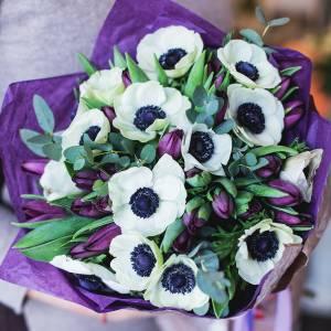 Букет 15 анемонов и тюльпаны с оформлением R1018