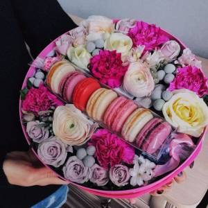 Коробка с цветами и макарунами R1082