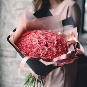 Букет 31 кремовая роза с черным крафтом R433