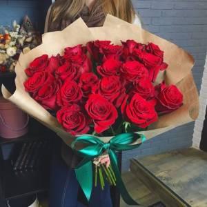 Букет 15 красных роз в крафте R467