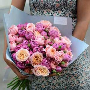 Букет 19 кустовых пионовидных роз в крафте R519