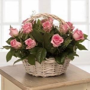 15 крупных роз в корзине с зеленью R541